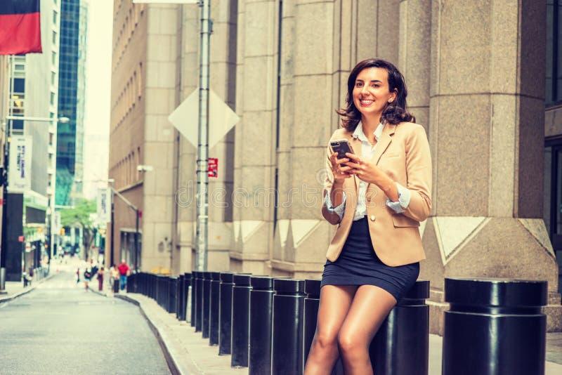 年轻美国女商人旅行,运作在纽约Cit 免版税图库摄影