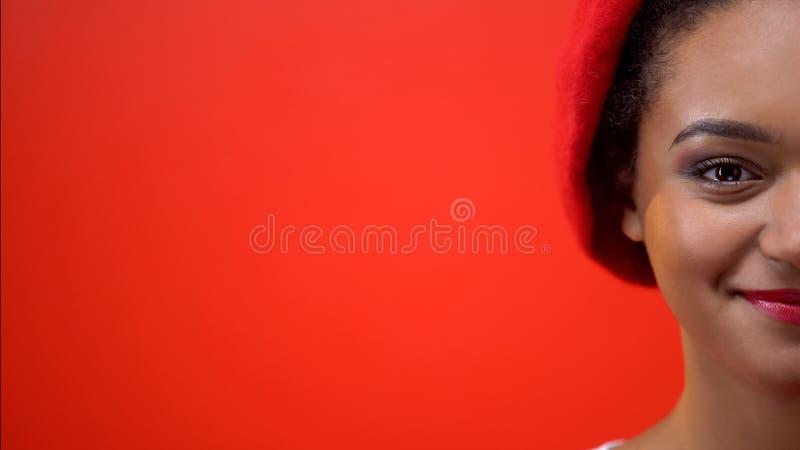 年轻美国黑人的妇女半面孔画象红色背景的,模板 免版税库存照片