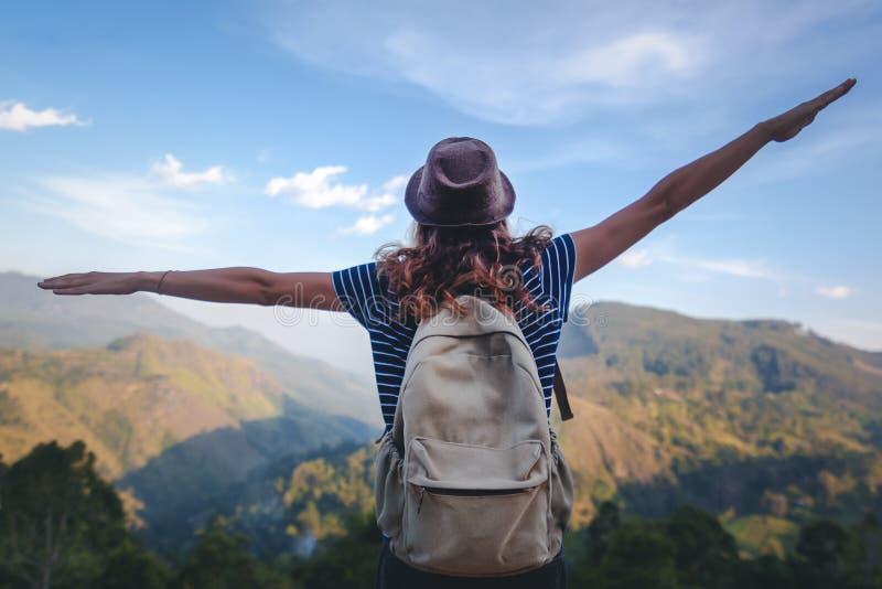 年轻美女旅客享受山、美好的风景和活跃生活方式 斯里兰卡-锡兰海岛 库存照片