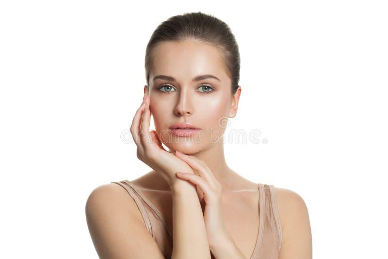 年轻美女画象白色的 与清楚的皮肤的俏丽的健康模型 Skincare和面部治疗概念 图库摄影