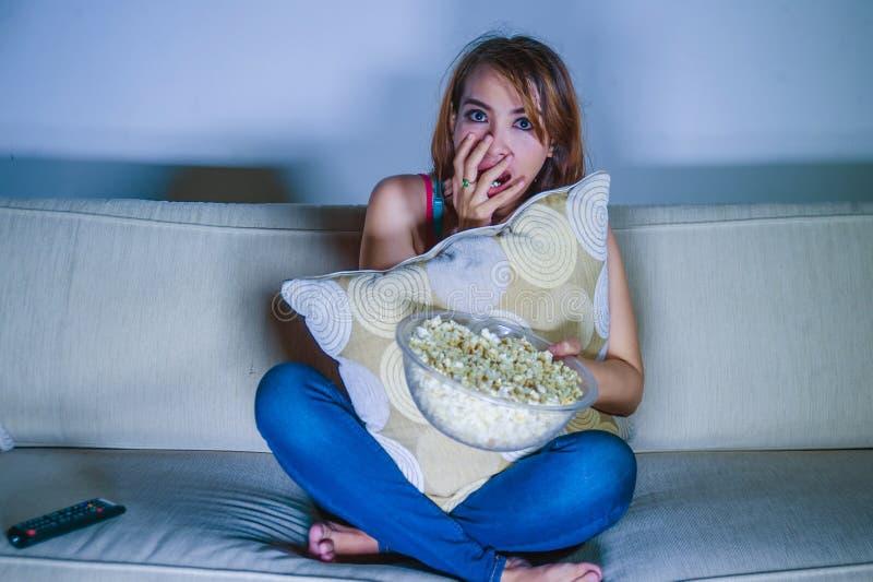 年轻美好和害怕的拉丁妇女观看的恐怖或suspen 免版税图库摄影