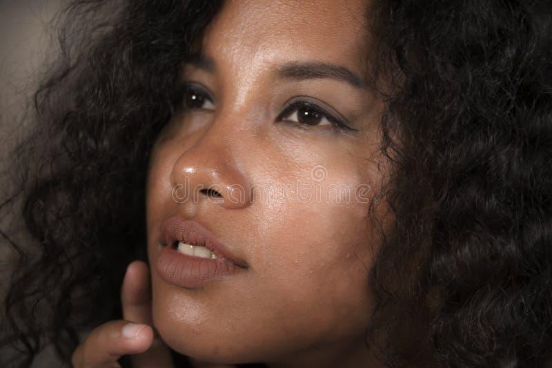 年轻美好和异乎寻常的混杂的种族拉丁接近的面孔画象和有传神眼睛的美国黑人的妇女在秀丽 库存图片