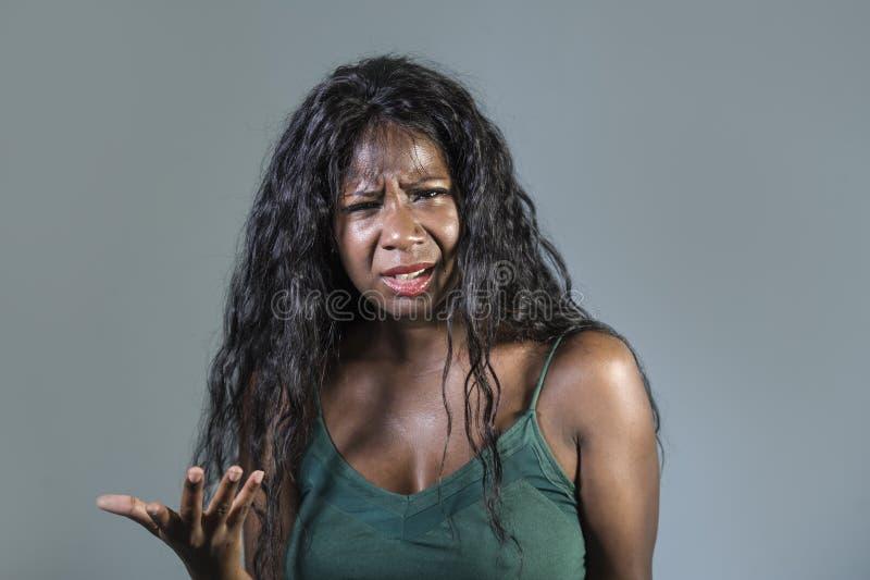 年轻美好和被注重的黑非裔美国人的妇女感觉生气和恼怒打手势的被鼓动的和小便的看疯狂和 库存图片
