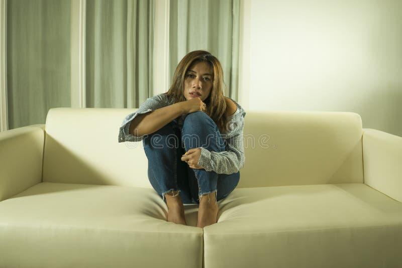 年轻美好的哀伤和沮丧的妇女周道和迷茫的在家长沙发感觉伤心遭受的消沉危机和 库存照片