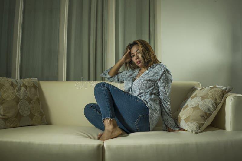 年轻美好的哀伤和沮丧的妇女周道和迷茫的在家长沙发感觉伤心遭受的消沉危机和 库存图片