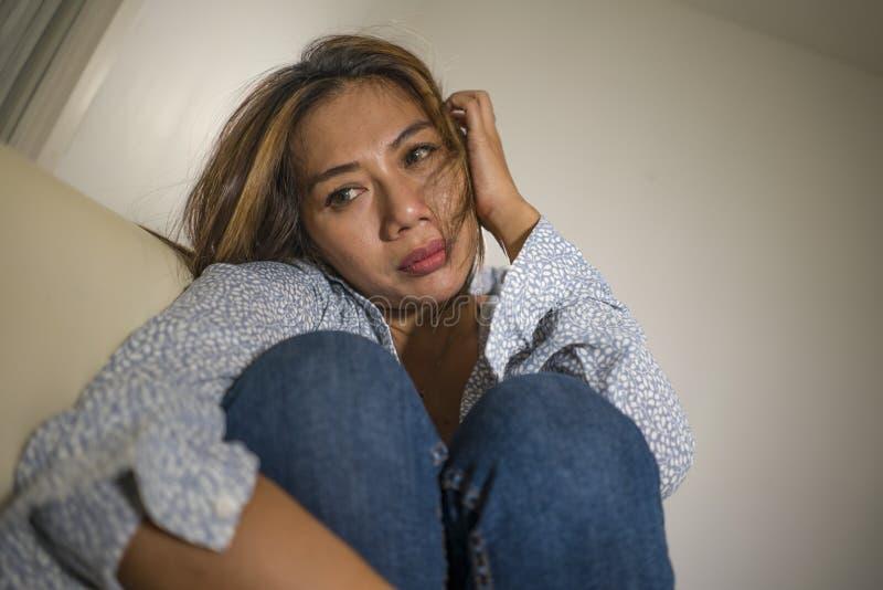 年轻美好的哀伤和沮丧的妇女周道和迷茫的在家长沙发感觉伤心遭受的消沉危机和 图库摄影