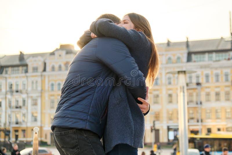年轻美好的夫妇在春天城市接受并且获得乐趣,浪漫史,金黄小时 图库摄影