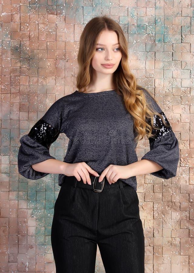 年轻美好的女性模型时尚照片在礼服的 免版税库存图片