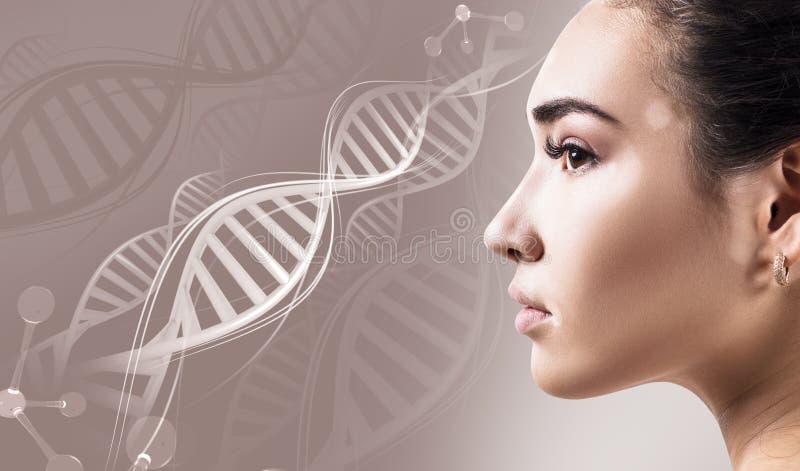 年轻肉欲的妇女以在脱氧核糖核酸链子的白癜风疾病 免版税图库摄影