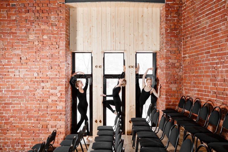 年轻芭蕾舞女演员女孩 排练的妇女在黑紧身衣裤 准备一个戏剧演出 免版税库存照片