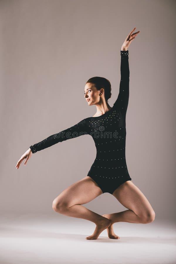 年轻芭蕾舞女演员有锻炼在演播室 免版税库存图片