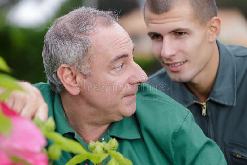 年轻花匠观察教练员 库存图片