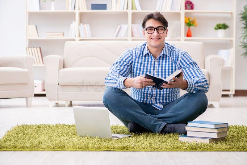 年轻英俊的人在家坐地板 库存图片