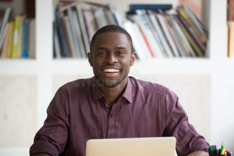 年轻英俊的微笑的非裔美国人的商人画象  免版税库存照片