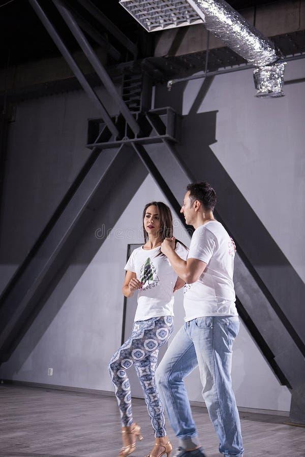 年轻获得人和的妇女乐趣,当跳舞时 免版税图库摄影