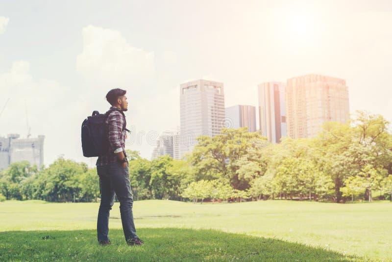 年轻行家人享受从公园的镇视图,前面去tr 免版税图库摄影