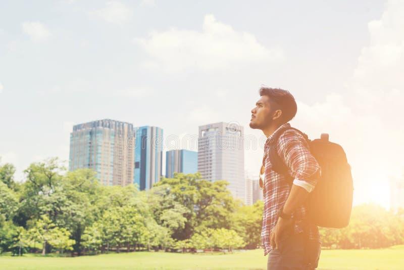 年轻行家人享受从公园的镇视图,前面去tr 免版税库存图片