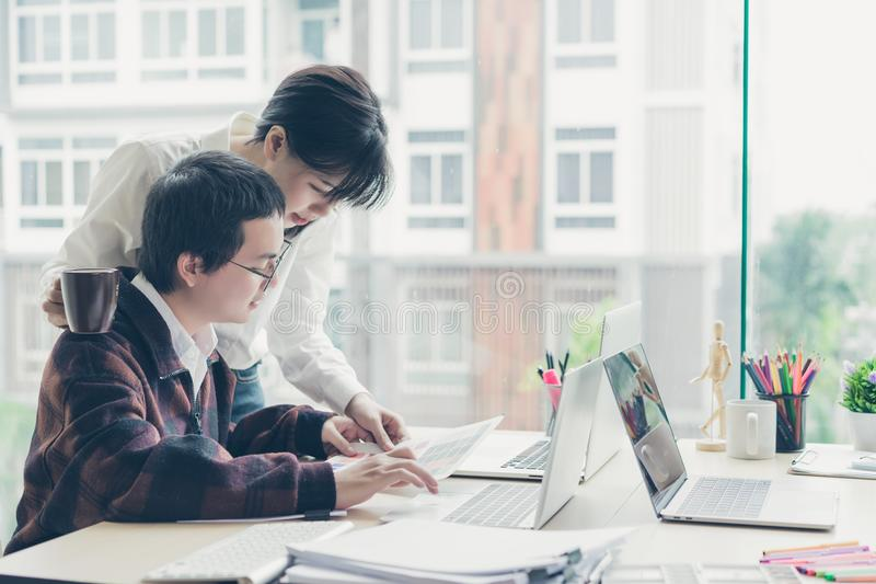 年轻设计师配合与选择的颜色样品一起使用在办公桌上 免版税库存图片