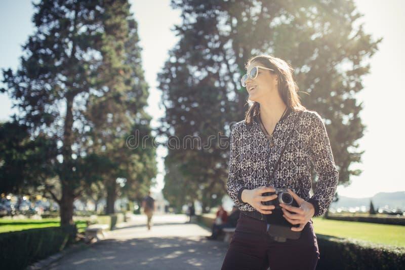 年轻访问五颜六色的里斯本的行家旅游街道摄影师 享有五颜六色和繁忙的城市生活 免版税库存图片