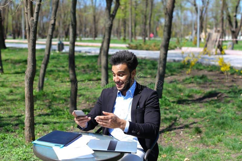 年轻评论家在出版物前读新书 免版税库存图片