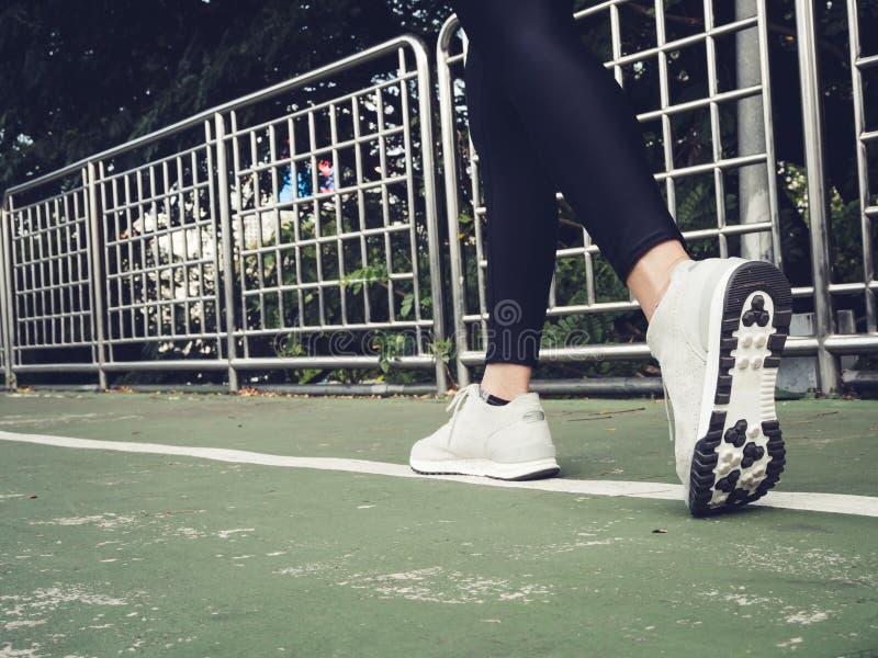年轻跑在楼上在城市台阶的体育亚裔妇女 健身体育人和健康生活方式概念 库存图片