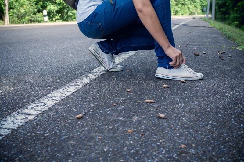 年轻远足者领带鞋带 免版税库存照片