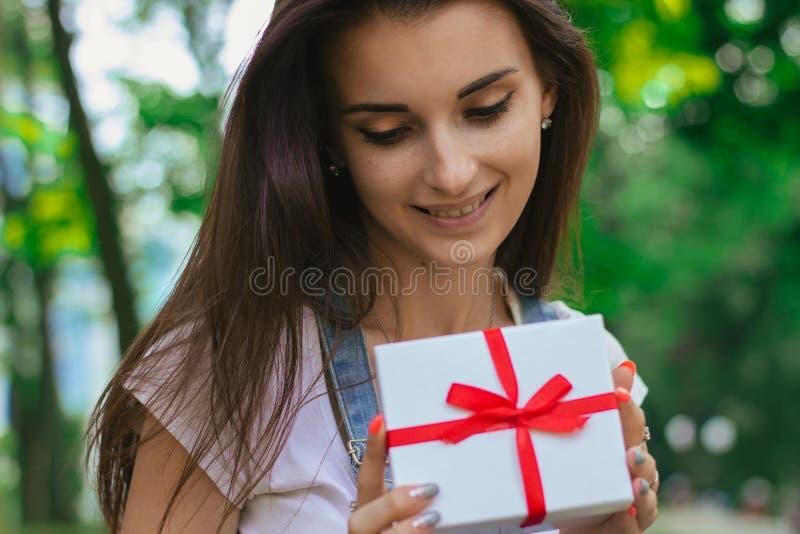 年轻迷人的女孩特写镜头画象有礼物的 库存照片
