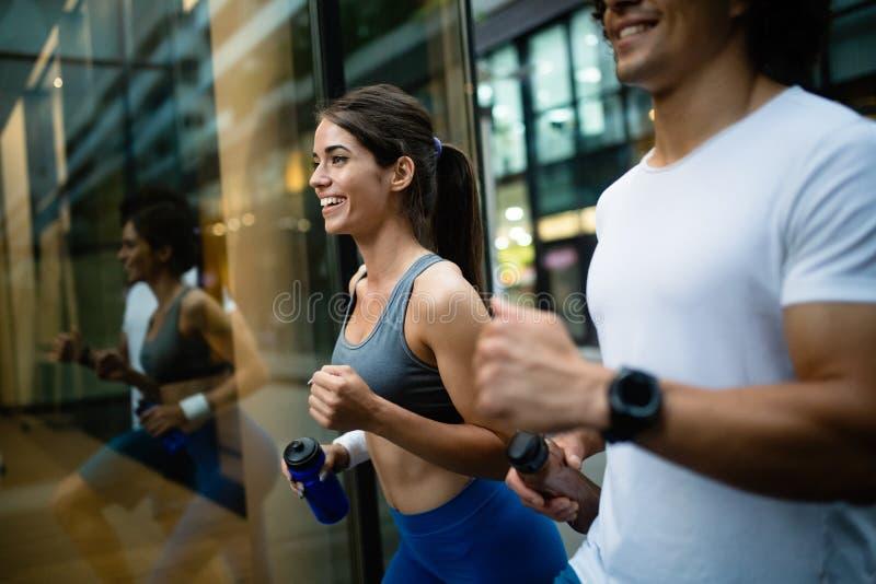 年轻适合的夫妇有训练在城市环境在好日子 免版税库存照片