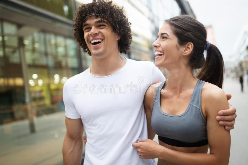 年轻适合的夫妇有训练在城市环境在好日子 库存图片