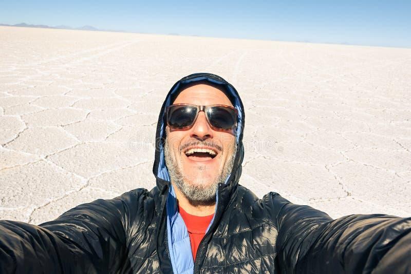 年轻采取selfie的人独奏旅客在撒拉族de Uyuni saltflat玻利维亚 库存照片