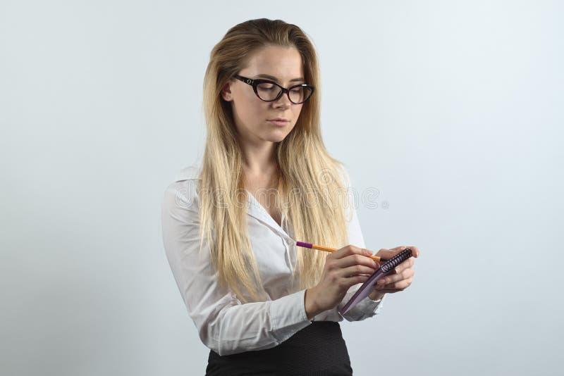 年轻长发妇女女实业家记者,相互的新闻工作者 免版税库存图片