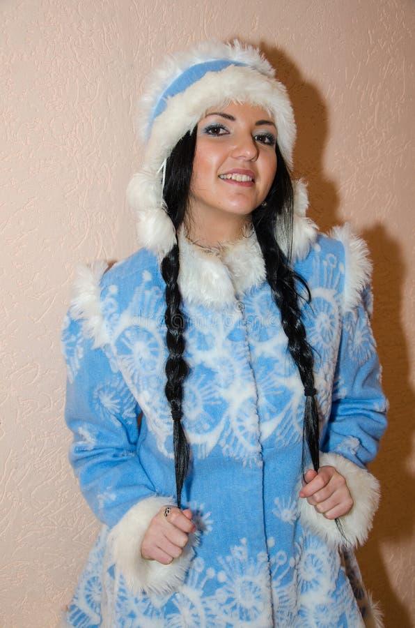 年轻雪未婚 在传统俄国新年的服装雪未婚打扮的性感的妇女,蓝色新年的隋的一个女孩 库存照片