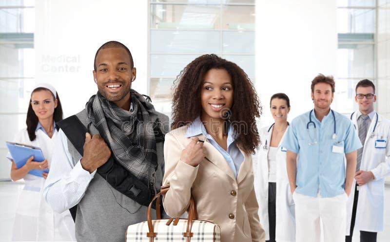 年轻非洲的夫妇在医疗中心 免版税图库摄影