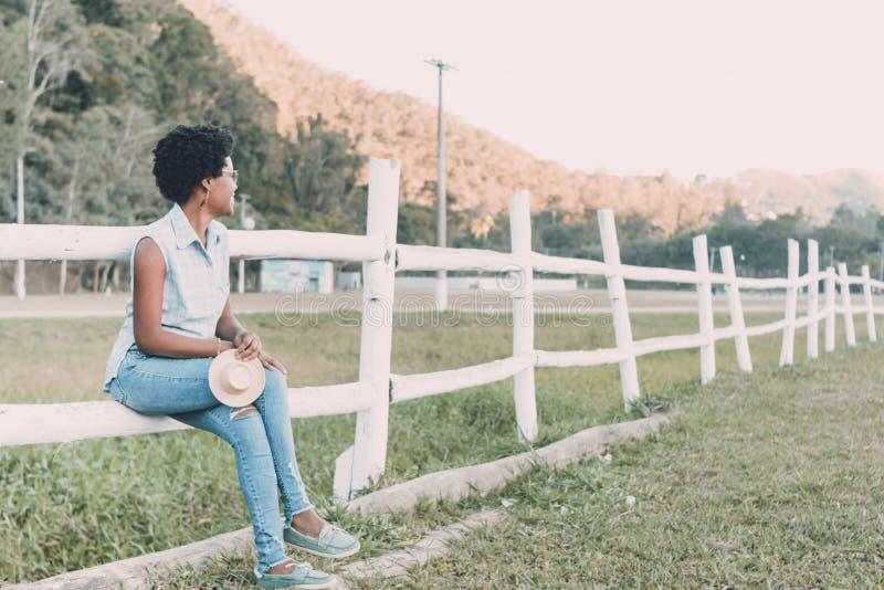 年轻非裔美国人或巴西妇女微笑 免版税库存图片