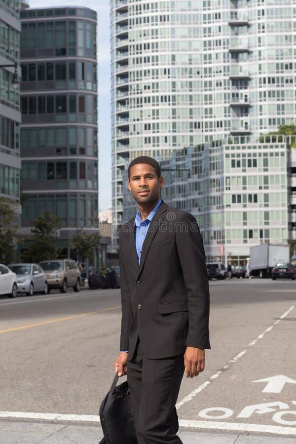 年轻非裔美国人的人, l垂直的射击西装的 免版税图库摄影