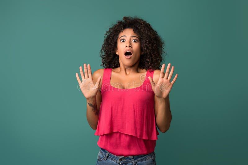 年轻非裔美国人的妇女被憎恶在蓝色背景 库存图片