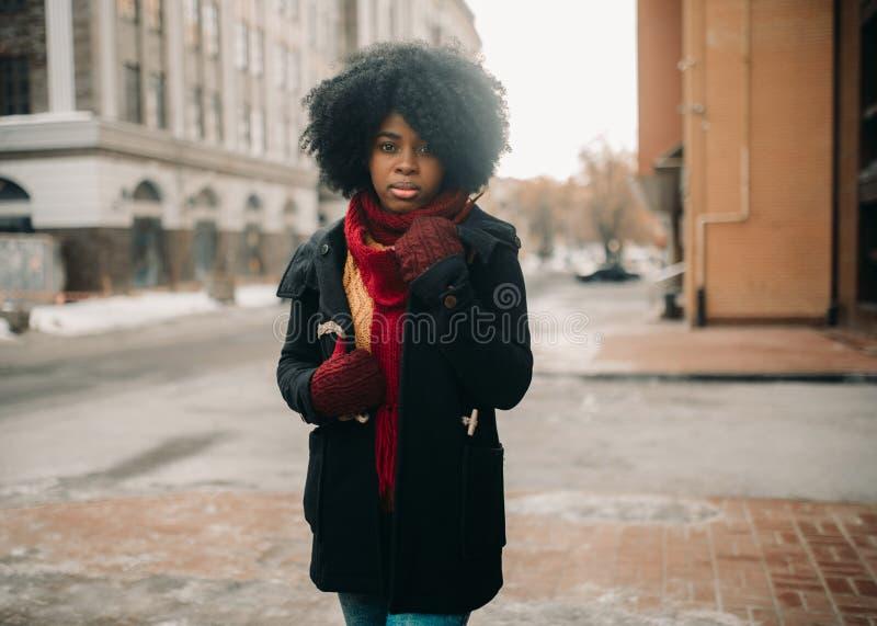 年轻黑人妇女站立在城市街道 免版税图库摄影