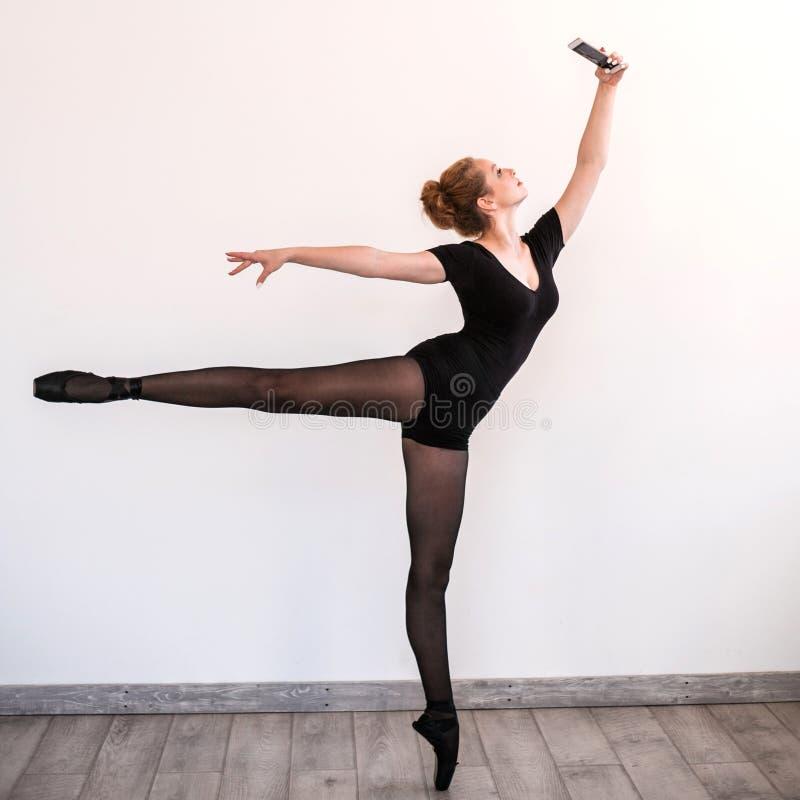 年轻balerina在训练屋子里做selfie 免版税库存照片