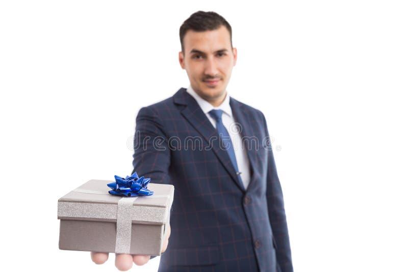 年轻hansome丈夫提供的礼物 库存图片