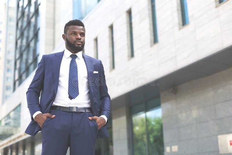 年轻millenial非洲商人看起来准备好竞争 免版税库存图片