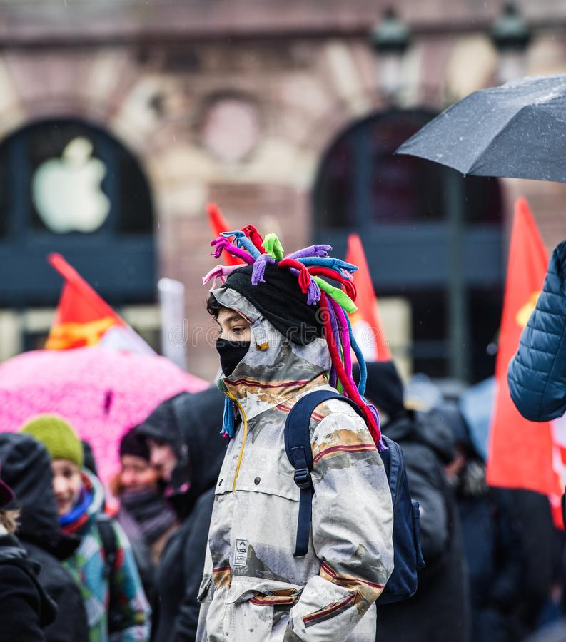 年轻oby在法国佩带的面具的抗议 库存照片