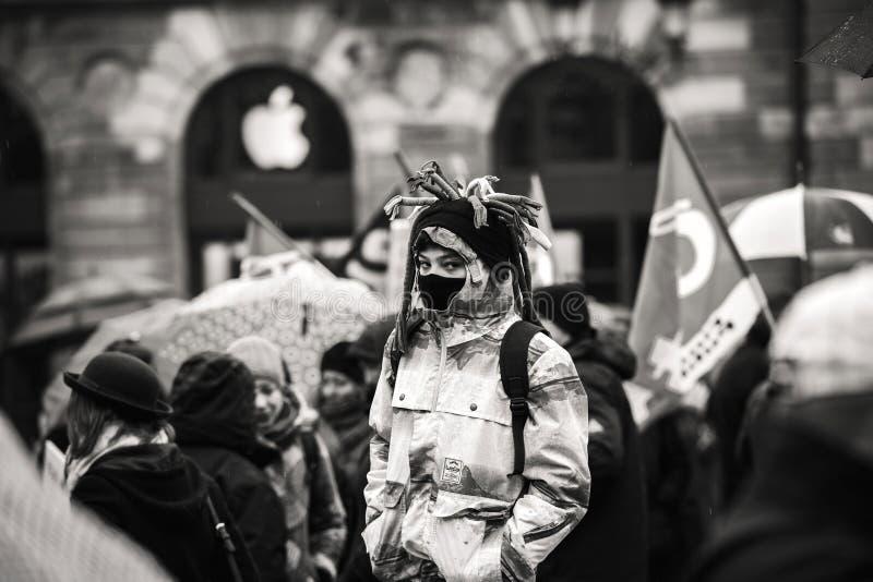 年轻oby在黑白法国佩带的面具的抗议 免版税库存照片