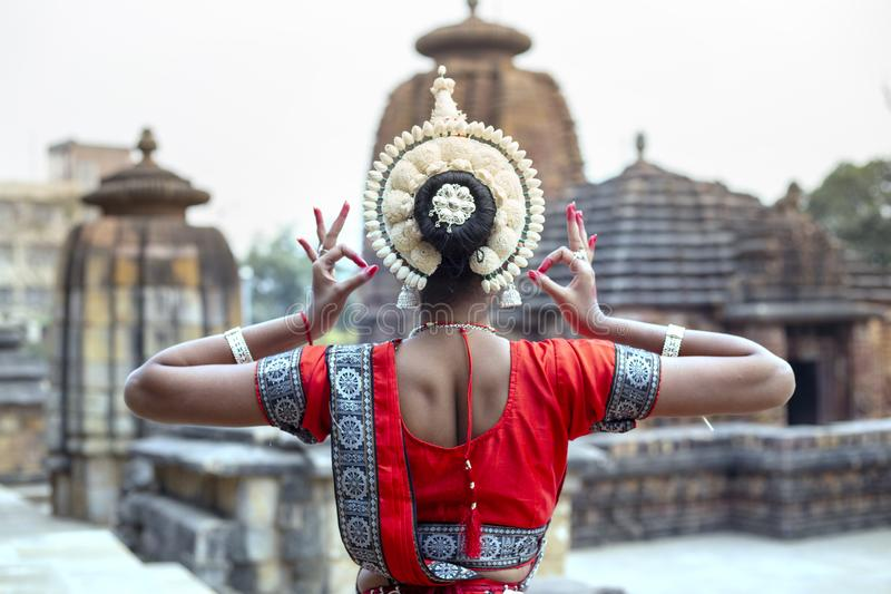 年轻odissi女性艺术家显示她的内在秀丽在Mukteshvara寺庙,布巴内斯瓦尔,Odisha,印度 免版税库存图片