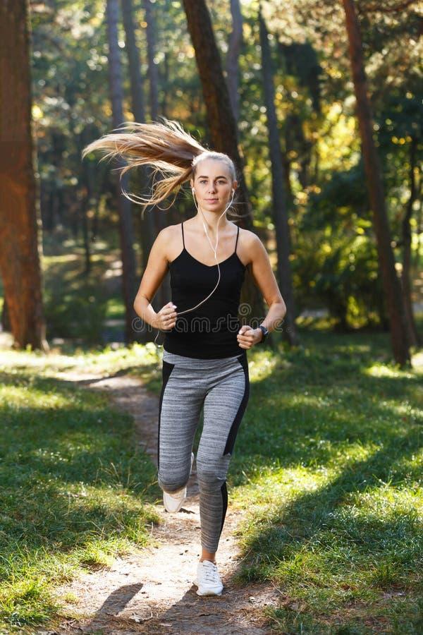 年轻Sportish妇女在连续早晨 图库摄影