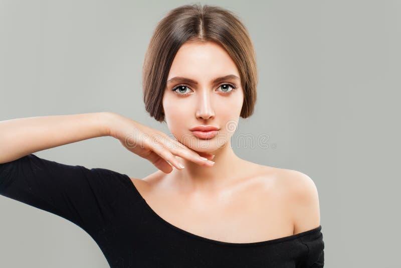 年轻Womanwith褐色头发画象  自然的秀丽 免版税图库摄影