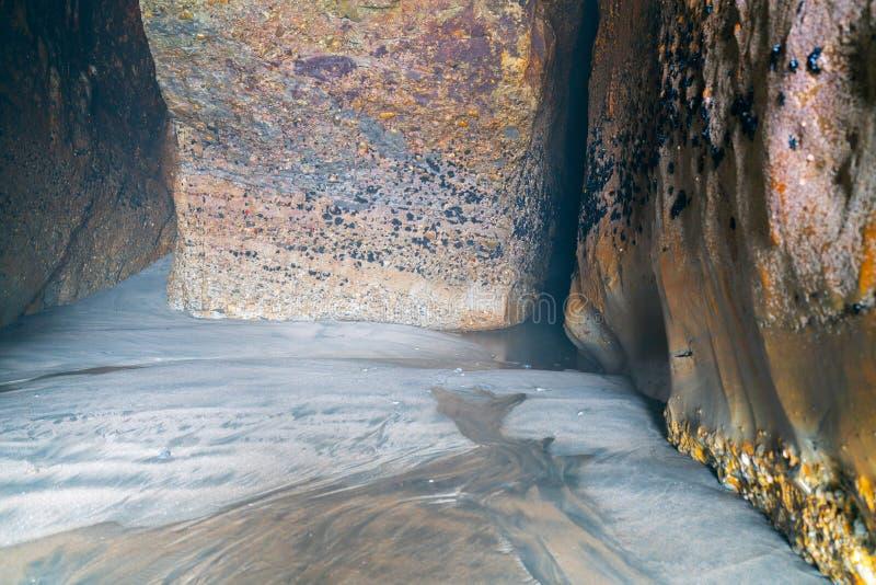 年迈的天气和海破旧的岩石洞墙壁 库存照片