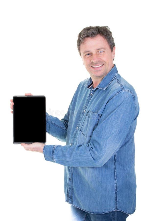 年迈的微笑的人中部显示空白的片剂计算机黑色屏幕 库存照片