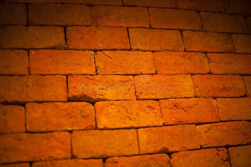 年迈的红褐色的颜色烘烤了建筑黏土石头砖块结构室内设计,外墙背景,墙纸 免版税库存照片
