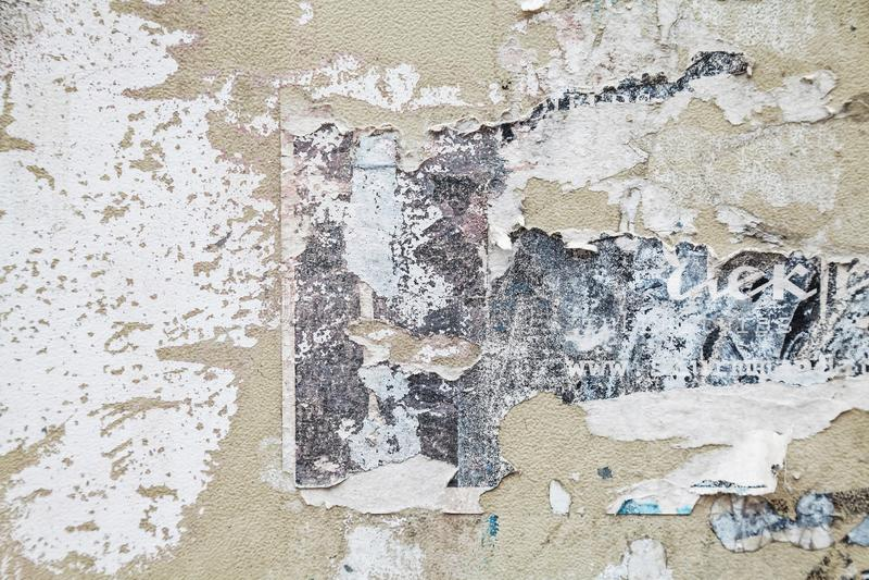 年迈的被撕毁的纸海报难看的东西纹理 免版税库存照片