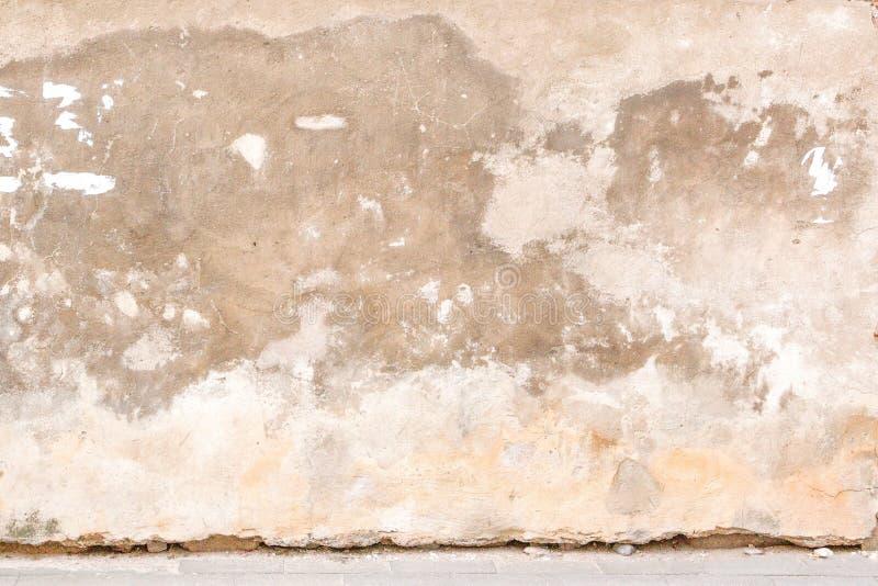 年迈的被放弃的街道墙壁有路面地面背景 免版税库存图片